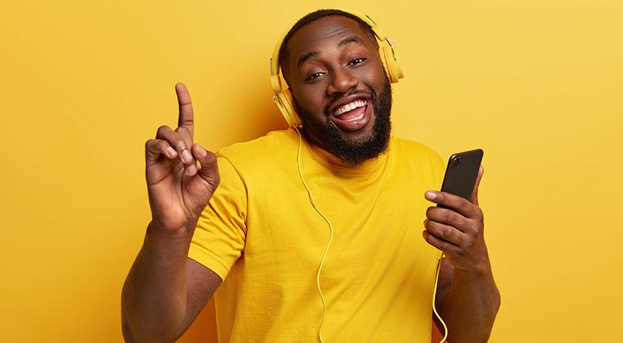 fundo amarelo, ouvindo musica
