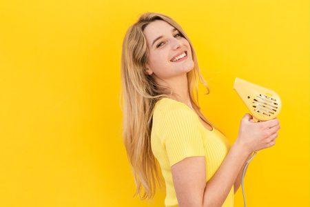 mulher, secador, fundo amarelo